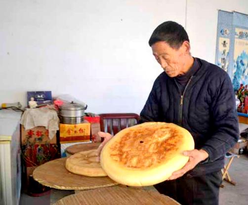 你吃过吗?ballbet贝博网站72岁老人坚持40年传承300年的美食锅饼