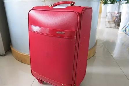 出租车鲁B18T51驾驶员拾到红色行李箱一个,内有衣物等等