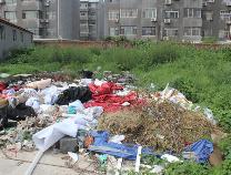【创城红黑榜】魏鑫嘉园西南侧院后: 垃圾成堆 恶臭扑鼻