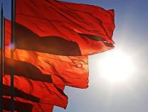 人民日报评论员:中国共产党始终高举人民民主的旗帜