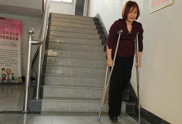 惠民路素珍:拄着拐杖,她仍坚持在工作岗位