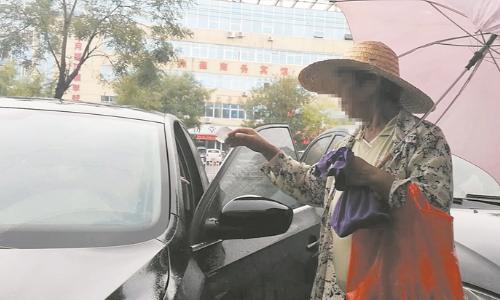 创城红黑榜:十元一辆 停车收费乱象何时才能休