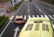 女司机闯红灯被赞 看了一眼后视镜躲过一劫