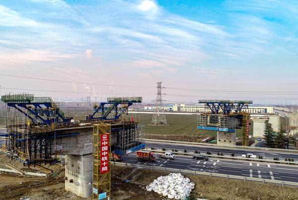 飞起来!俯瞰邹平铁路专用线跨青银高速公路特大桥施工