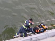 滨州消防官兵5分钟紧急救援 一落水中学生成功脱险