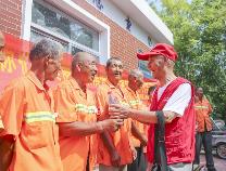 """滨州""""五老""""记者团慰问高温工作的环卫工人"""