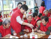 """学做月饼刮彩票: """"福彩送福""""让滨州老寿星们合不拢嘴"""
