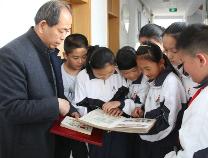 集邮达人张鲁生:35年集邮成果当教具 向学生讲述邮票里的故事