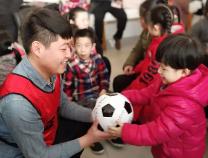 """滨州正能量足球俱乐部开展""""与爱同行""""主题公益活动"""