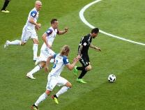 【胡侃世界杯】冰岛队,扑出梅西点球的是个导演,指挥战斗的是名牙医