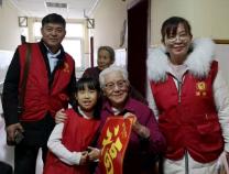 滨州实验学校学生用零花钱买年货 为老人送上新年礼物