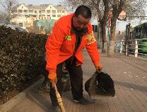 新春走基层 环卫工苏培东:春节期间工作量大增 一丝一毫不马虎