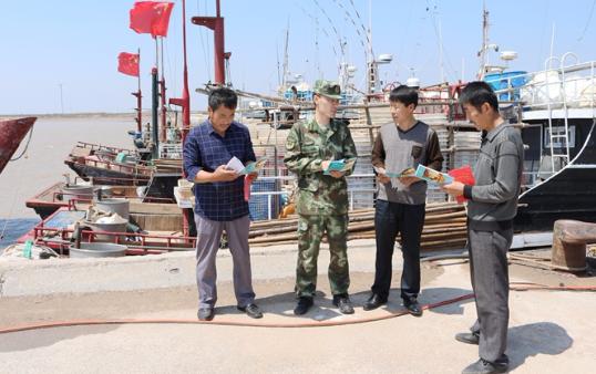 滨海边防派出所民警法治宣传进码头