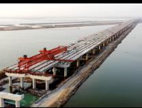 秦滨高速埕口至沾化段鲁北化特大桥梁板安装 正在进行