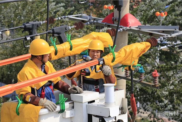 """滨州市供电公司员工带电实施高空""""手术"""" 保障电网稳定运行"""