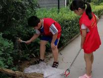 杜店街道滨海社区聚龙花园小小志愿者助力文明城市创建