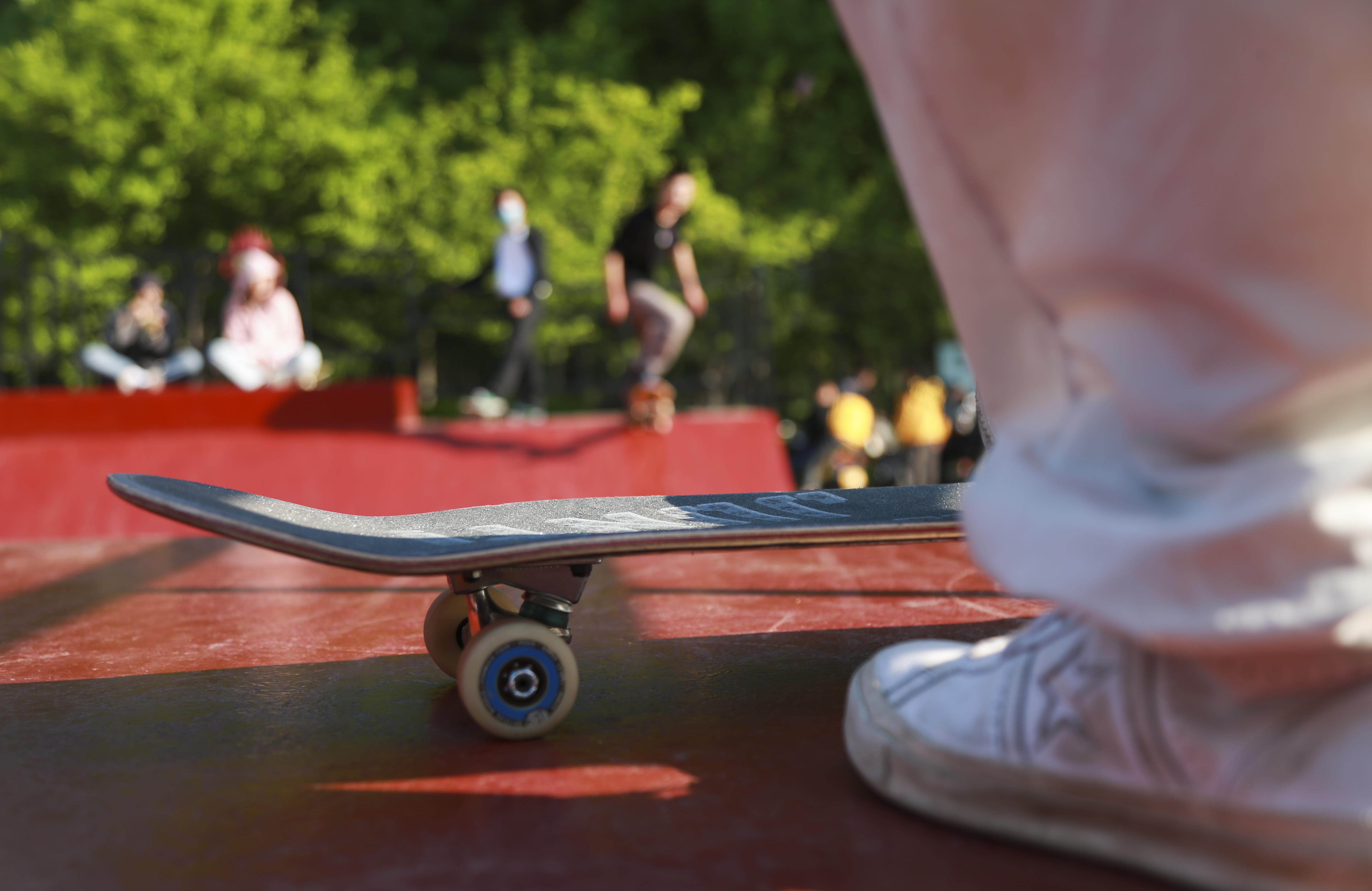 《春光里的滑板少年》