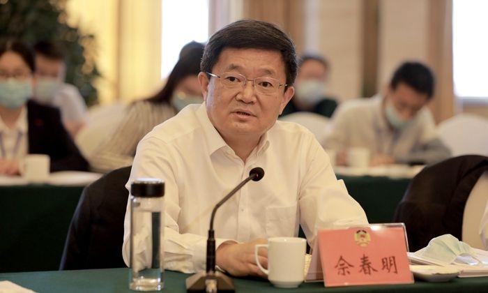 佘春明与政协委员一起讨论政府工作报告