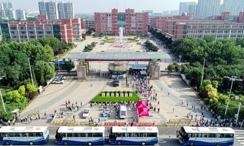【视频】航拍高考 开考首日 滨州考生步入考点