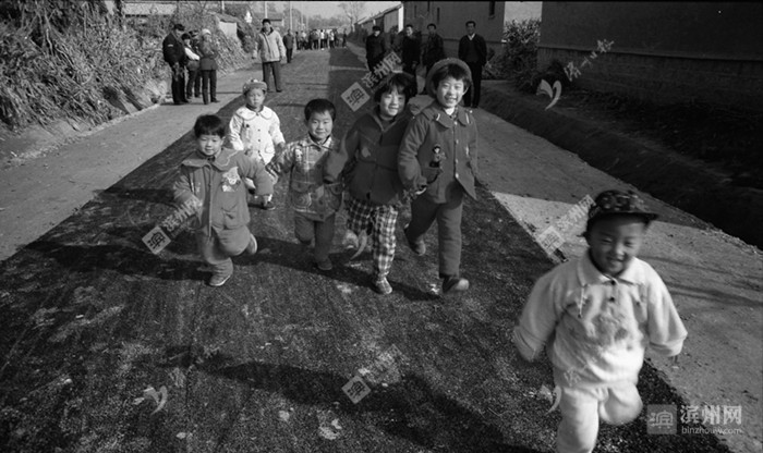 孩子走上柏油路。