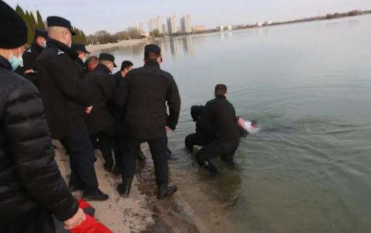 紧急救援!冰冷湖水中滨州公安民警辅警成功救助一落水女子!
