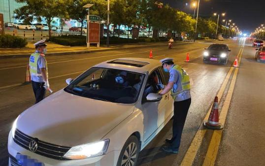 滨州交警开展夜查行动净化辖区交通环境