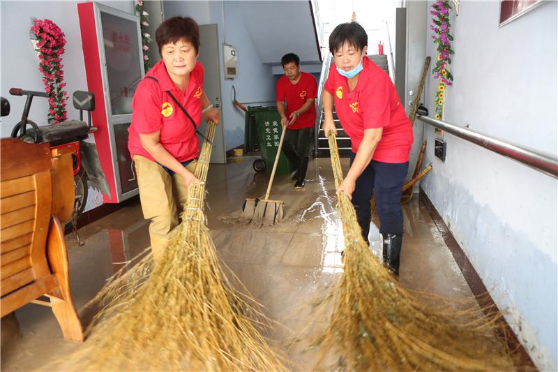 韩店爱心志愿者清扫敬老院