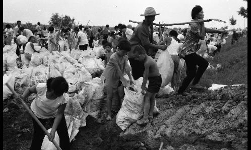 1996年黄河一号洪峰来袭,就连小娃娃都冲上一线