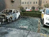 滨州一小区车辆自燃 被烧的只剩骨架 殃及邻车
