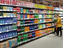 超市晚市热闹  酒水饮料销售火