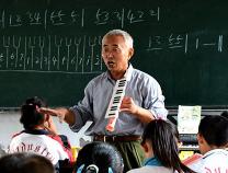 惠民六旬退休教师义务授课   每周往返百里撑起农村娃的音乐天空